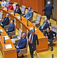 沖縄県民投票:「会派抜ける覚悟」自民県連に亀裂も 調整奔走の公明はため息