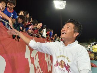サポーターと握手を交わすFC琉球の金鍾成監督=11月3日、タピック県総ひやごんスタジアム