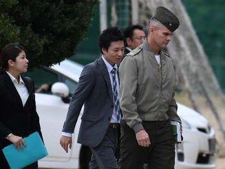 謝罪のため普天間第二小学校を訪れた米海兵隊政務外交部のダリン・クラーク部長(右)=18日午前9時57分、宜野湾市新城