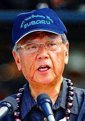 翁長雄志知事の首にもかけられていた「ククイナッツ・レイ」