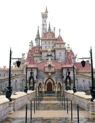 報道陣に公開された東京ディズニーランドの新エリアに立つ「美女と野獣の城」=25日午前、千葉県浦安市