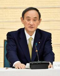 新型コロナウイルス感染症対策本部で、7府県に緊急事態を宣言する菅首相=13日午後6時29分、首相官邸