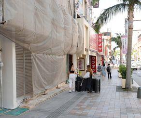 国際通りはシャッターが閉まったままの店舗が目立った=21日、那覇市