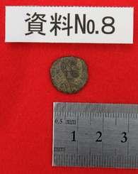 平成25年度の勝連城跡調査で出土したローマ帝国コンスタンティウス・ガルス等の共同統治時代のものと推測されるコイン(資料№8)=26日午後、うるま市役所