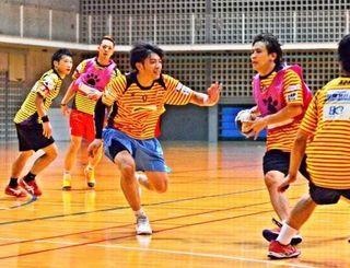 攻守の連係を確認する琉球コラソンの選手=10日、浦添市民体育館