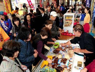 宮古島の特産品を求めて多くの来場者が訪れている=28日午前11時ごろ、那覇市久茂地・沖縄タイムス社
