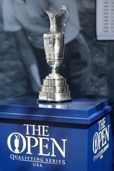 米フロリダ州での予選会で展示された全英オープンのトロフィー=3月、オーランド(ゲッティ=共同)