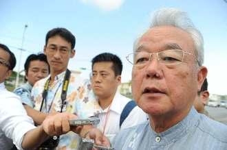 米軍への抗議後、記者団の取材に答える富川盛武副知事=8日午前、北中城村・キャンプ瑞慶覧