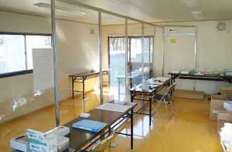 札幌市選管が新型コロナ患者向け宿泊療養施設に設置した不在者投票所=4月(同選管提供)