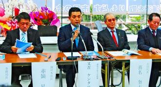 浦添市長選に向け政策発表する又吉健太郎氏(左から2人目)=10日、市城間の後援会事務所