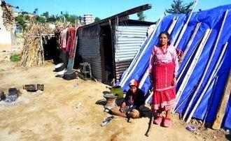 防水シートで作ったテントを張り生活する被災者の家族=7日、ネパール・パタリケット村(アジアチャイルドサポート提供)