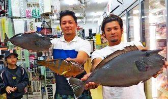 宜名真海岸で49.2センチ、1.60キロのバショーカーを釣った上門昇太さん(右)=12日