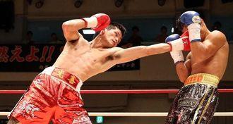 2回、左ストレートを放つ江藤光喜(左)=東京・後楽園ホール(エムアイプランニング撮影)