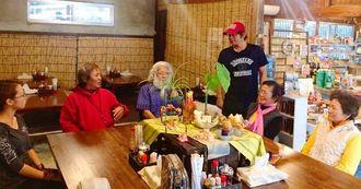 カフェには観光客だけでなく住民も集まり、羽地さん(右から3人目)とのおしゃべりが始まる=8日、今帰仁村諸志
