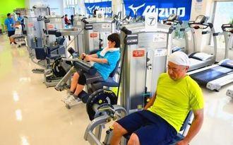 筋力トレーニングや有酸素運動のマシンが並ぶトレーニング室内=北谷町健康トレーニングセンター