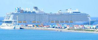 那覇港新港埠頭の貨物船と共用する9・10号岸壁に寄港する大型クルーズ船