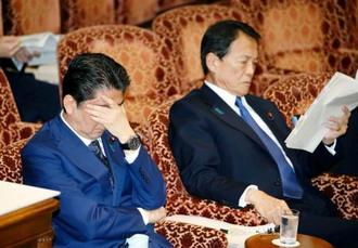 疲れた様子で参院予算委に臨む安倍首相。右は麻生財務相=14日午前