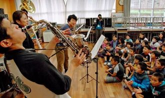 ジャズバンドの演奏を楽しむ児童ら=名護小学校の音楽教室