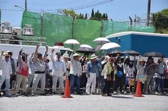ゲート前で「基地は造らせないぞ」と拳を上げる抗議参加者=26日午前11時21分、名護市辺野古の米軍キャンプ・シュワブゲート前