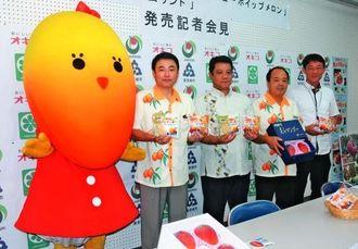 マンゴーを使った菓子パンをPRする宜保晴毅豊見城市長(右から4人目)ら関係者