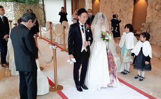 家族に見守られながら人前式をした崎浜秀太さんと喜屋武智美さんカップル=5日、沖縄ハーバービューホテル