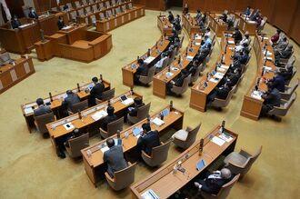 米軍人に綱紀粛正の徹底を求める抗議決議と意見書を全会一致で可決した沖縄県議会=21日午前、県議会