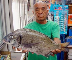 名護海岸で46・5センチ、1・7キロのチヌを釣った具志堅章さん=21日