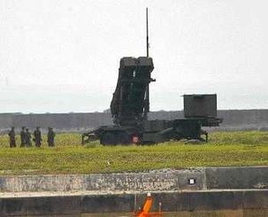 発射台の角度を上げるPAC3=2012年4月、石垣市
