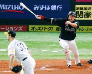 7回ロッテ2死一、三塁、代打安田が右前に同点打を放つ。投手マルティネス=ペイペイドーム