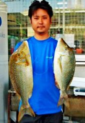 那覇一文字で61センチ、2.72キロと53.5センチ、1.75キロのタマンを釣った新垣克さん=4月30日