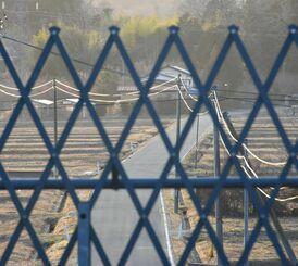 福島第1原発周辺には放射線量が高い帰還困難区域が残り、土地と暮らしがフェンスで封鎖されている=11日、福島県大熊町