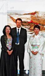 ピアノを演奏した(左から)知念杉子さん、ルカ・コロンボさん夫妻と大仲利江子さん=ルチアーナ・マタロン財団美術館