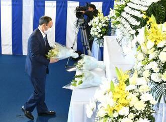 追悼の献花をする菅首相=28日午前、埼玉県の航空自衛隊入間基地(代表撮影)