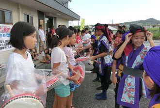 熊本・西原村の子どもたち(左列)に、パーランクーをプレゼントする西原町の子どもたち=9日、西原町
