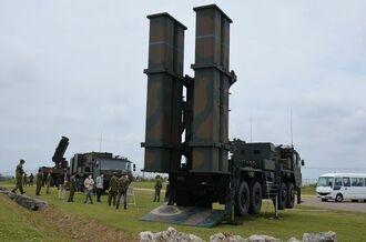 陸上自衛隊第15高射特科連隊に国内で初めて配備された03式中距離地対空誘導弾改良型(中SAM改)の発射装置(手前)=16日、沖縄県南城市の陸上自衛隊知念分屯地
