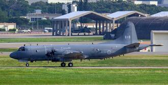 嘉手納基地に着陸したカナダ空軍の哨戒機CP-140。任務飛行を終えて帰還したとみられる=10日午後3時47分(読者提供)
