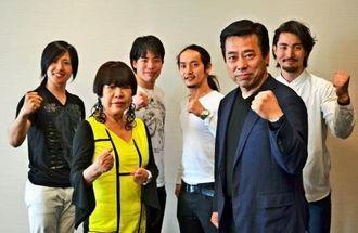 沖縄公演に向けて意気込むコシノジュンコさん(前列左)、藤高郁夫社長(同右)ら=8日、沖縄タイムス社