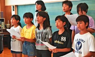 鎮魂と悲劇を語り継ぐ思いが込められた「チビチリガマの歌」を練習する子どもたち=読谷村・古堅小学校