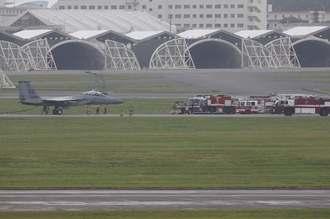 米軍嘉手納基地に緊急着陸した同基地所属のF15戦闘機=午前10時50分ごろ(読者提供)