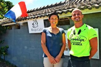 りんごカフェを営むドロメール・ヴァンソンさん(右)と慶子さん。フランス国旗が店の目印=本部町瀬底