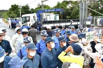 米軍北部訓練場N1ゲートから出る車両に抗議の声を上げる市民ら=午前8時、東村高江