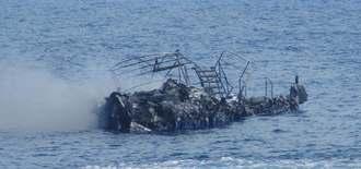 全焼し海上を漂流するダイビング船=17日午前、竹富町黒島沖(第11管区海上保安本部提供)