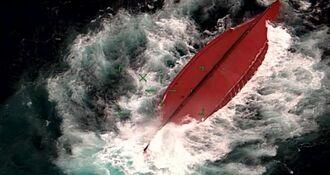 転覆した中国国籍の漁船(第11管区海上保安本部提供)