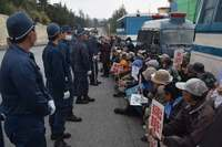 辺野古新基地:「子や孫のために反対を」 抗議の市民ら、工事関係者に呼び掛け