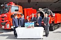 那覇消防「全国唯一の車」のミニカー、タカラトミーが市に寄贈 16日から全国発売