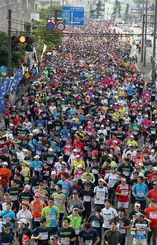 NAHAマラソンのスタート=2014年12月7日、那覇市旭橋交差点