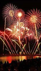夜空を彩る色とりどりの花火=12日、宜野湾海浜公園(田嶋正雄撮影)