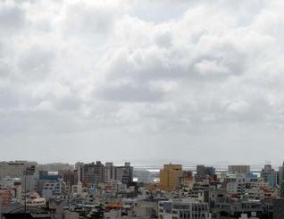 台風13号の影響で曇り空で風も強くなってきました