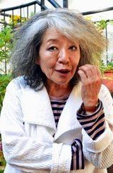 沖縄への思いを詩にした作家の落合恵子さん。「基地をオーガニック野菜の菜園にできないかな」と笑顔で話した(自身が主宰する都内の「クレヨンハウスで)」