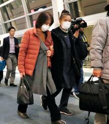 アフガニスタンの首都カブールに向かうため、経由地の羽田空港に到着した中村哲医師の妻尚子さん(左)ら=5日午後9時40分